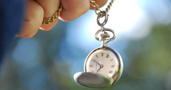 reloj colgando